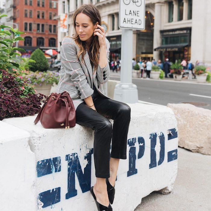 Louise Roe tenue avec pantalon slim en cuir et veste carrée, tenue chic, casual mode, savoir s'habiller bien
