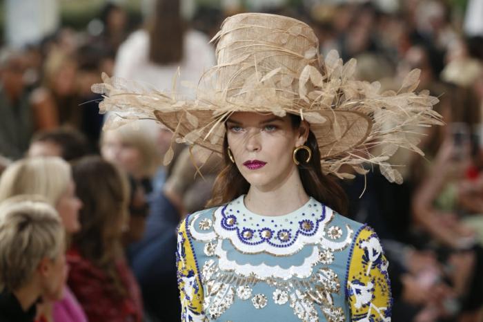 chapeau femme été extravagant, grand cylindre et périphérie décorée, robe motifs bleu blanc et jaune