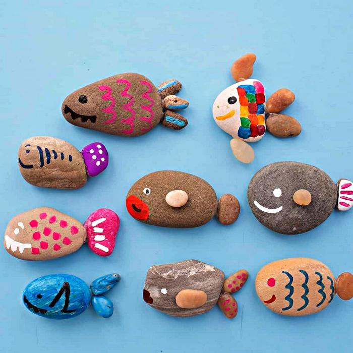 réaliser des poissons avec des galets en pierre naturelle, activité manuelle été pour occuper les enfants à la plage