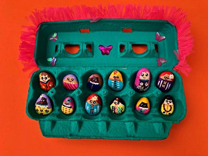 personnages amusants en galets décoratifs peints à la main dans une boîte d'oeufs récup verte, que faire pendant les vacances pour occuper les enfants