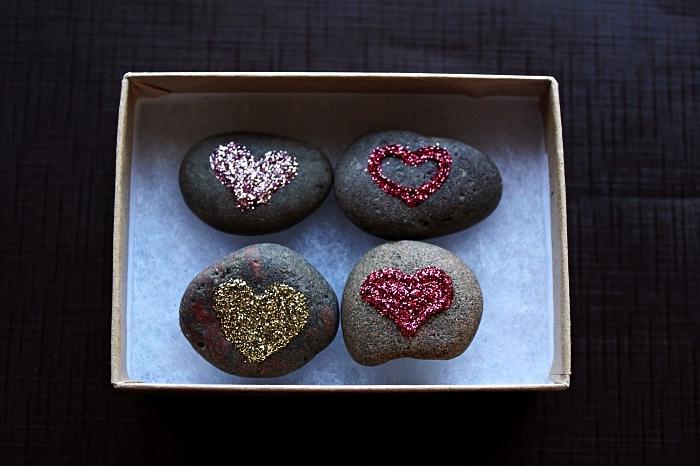 des galets décorés à la peinture pailletée à motifs coeurs, idée de cadeau personnalisée pour la fête de saint valentin