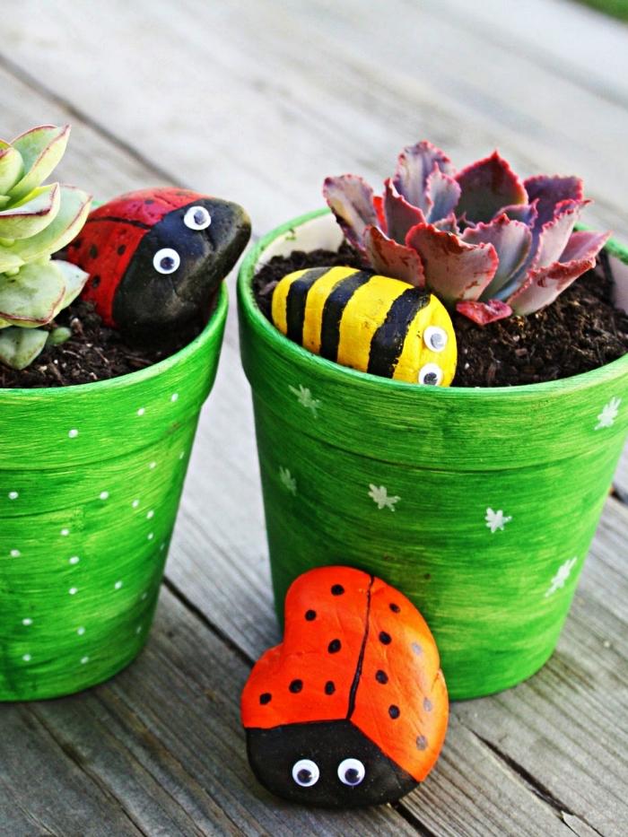 des galets coccinelles pour décorer vos pots à fleurs, décoration de jardin à faire soi même avec des galets naturels