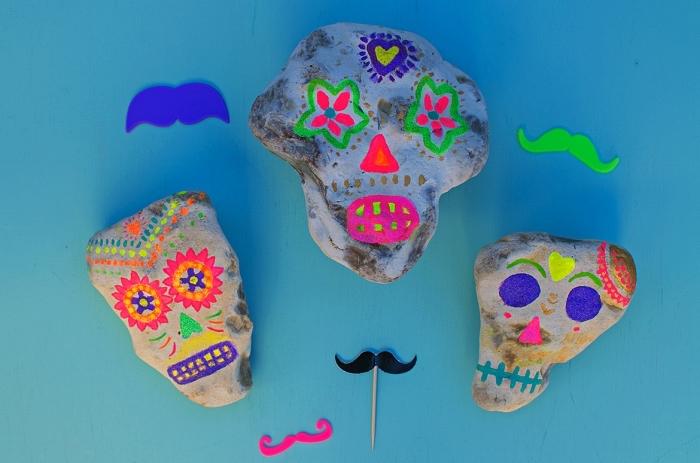 activité manuelle facile et rapide pour la fête de halloween, activité de peinture sur cailloux pour réaliser des têtes de mort
