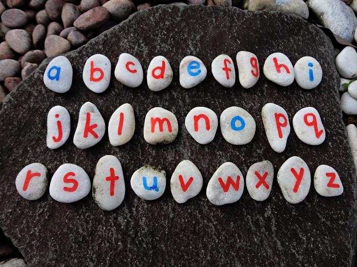 activité montessori pour apprendre l'alphabet grâce à la peinture sur cailloux, activité éducative et ludique pour apprendre l'alphabet
