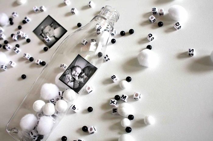 exemple activité manuelle facile 3-5 ans, idée que faire avec une bouteille en verre, diy bouteille remplie de pompons