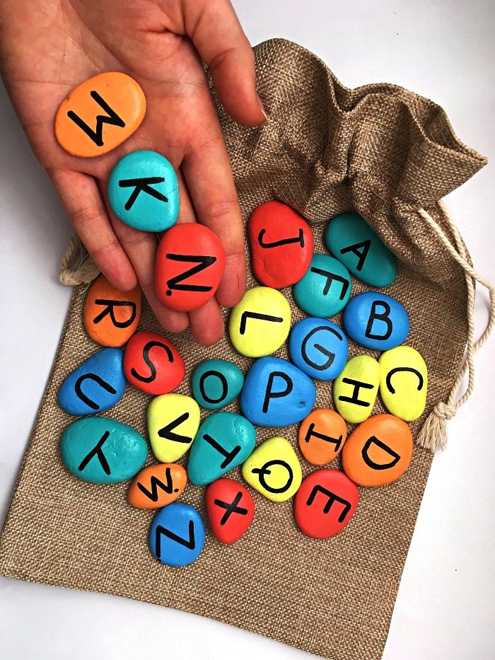 apprendre les lettres de l'alphabet en dessinant sur des galets, que faire pendant les vacances pour occuper les enfants