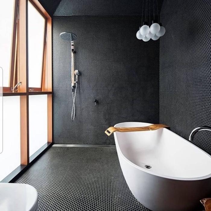 comment aménager une salle de bain sous pente, modèle de salle de bain en blanc et noir avec finitions en bois