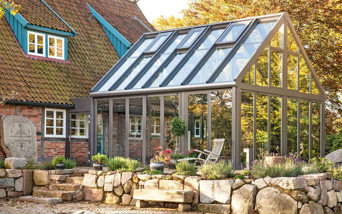 idee amenagement veranda exterieure en aluminium pour réaliser un coin de repos lumineux attenant à une maison de campagne traditionnelle