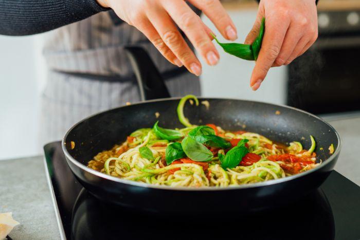 que faire avec une courgette recette facile de spaghetti zoodles à la sauce tomate, pesto et basilic