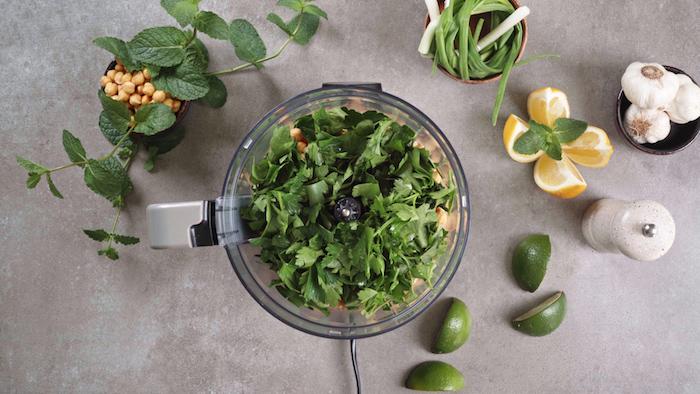 ajouter le persil au pois chiche, apero dinatoire original vegan sans viande, sans oeuf, boulettes de pois chiche maison