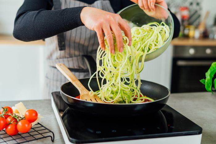 verser les spaghetti de courgette aux tomates, idee de recette avec courgette pour repas du soir leger