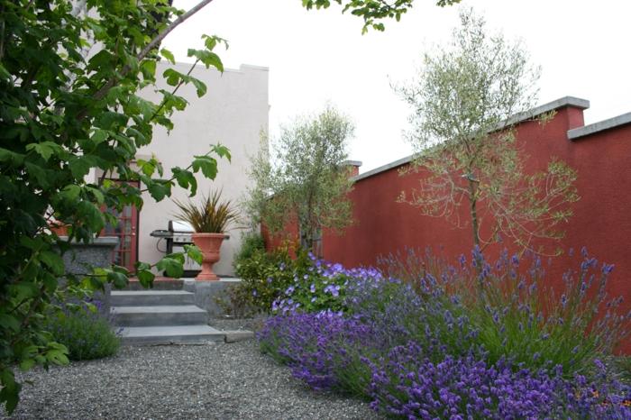 amenagement exterieur moderne, gravier, massif de fleurs, grand mur orange, escalier blanc, maison blanche