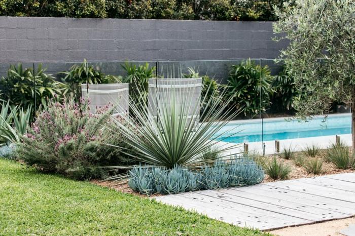 """aménagement jardin paysager, qll"""" de jardin en bois, arbustes, piscine longue, clôture en pierre reconstituée"""