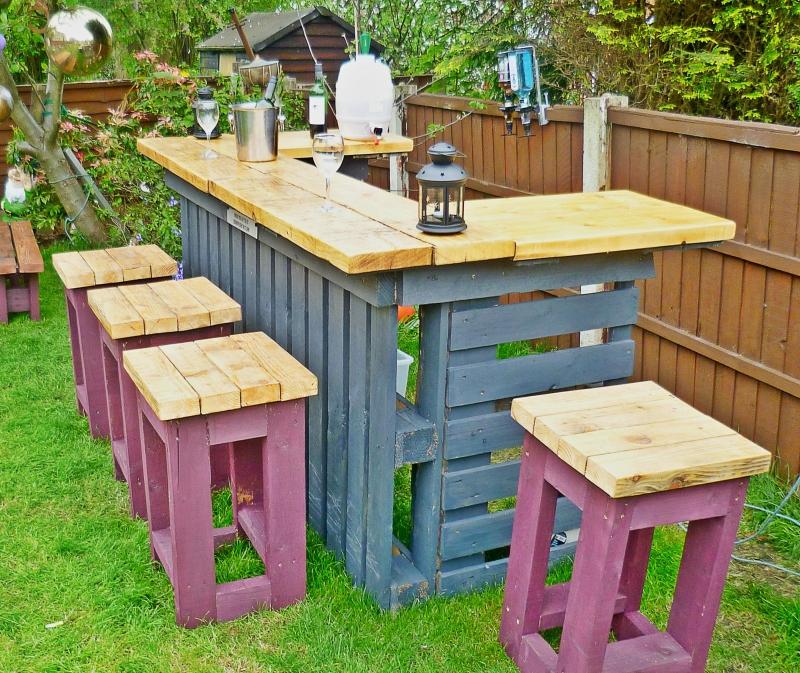 aménagement cour arrière avec bar palette meuble bois peinture rose tabourets