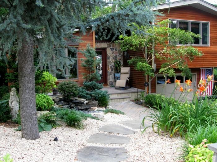 allée en dalles, gravier décoratif, aménagement extérieur maison, massif de fleurs, maison façade bois