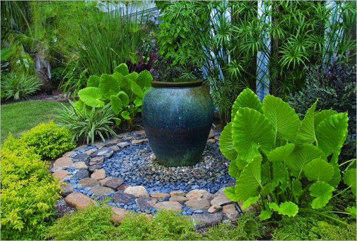 aménagement paysager, grand pot en argile comme point focal, plantes à grandes feuilles, gravier décoratif, gazon tondu