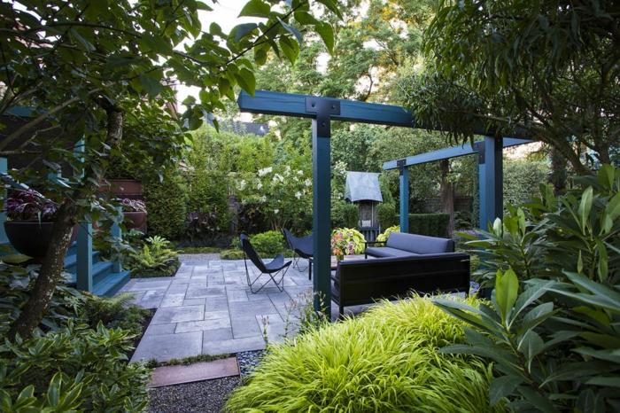 creation jardin romantique, grandes arbustes, chaises papillon, arbres, escalier bleu, verdure prolifique