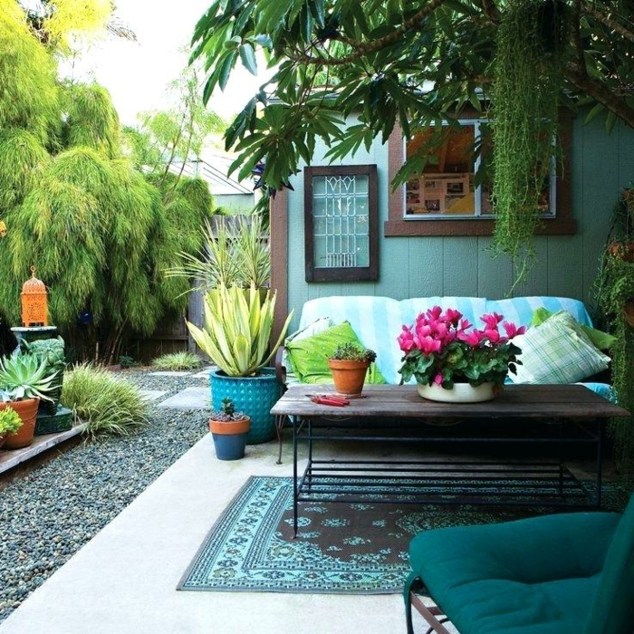 salon de jardin bohème, tapis oriental, pots de fleurs, lanternes, amenagement jardin paysager