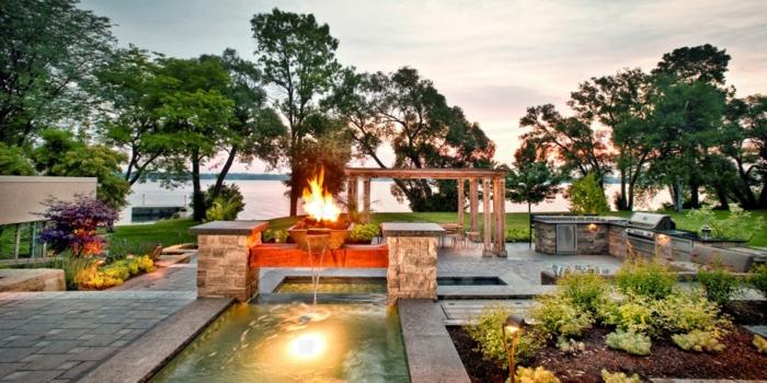 piscine avec fontaine, massif plantes vertes, tonnelle de jardin bois, allées et gazons