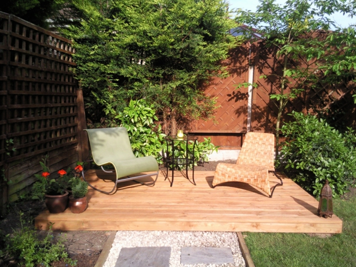 terrasse jardin bois, chaises longues, pots de fleur, aménagement petit jardin cosy, gravier déco