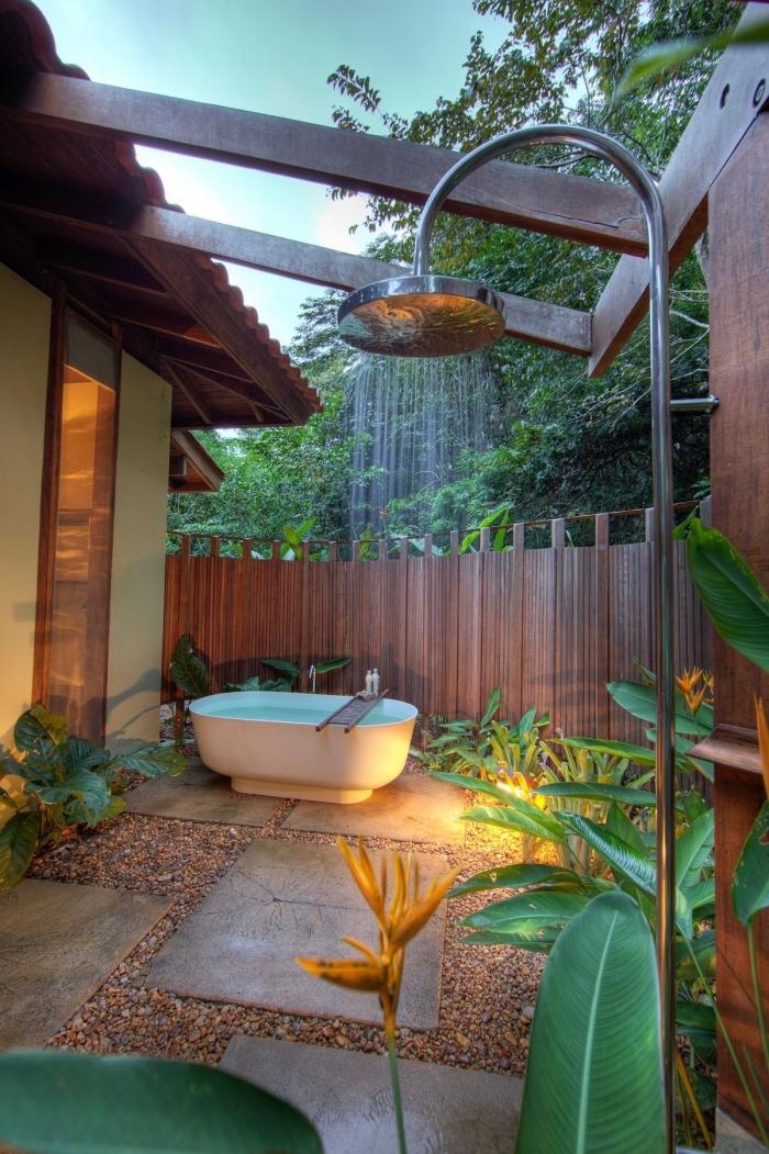 comment aménager une cour arrière avec baignoire et douche, exemple décoration espace extérieur avec dalles béton