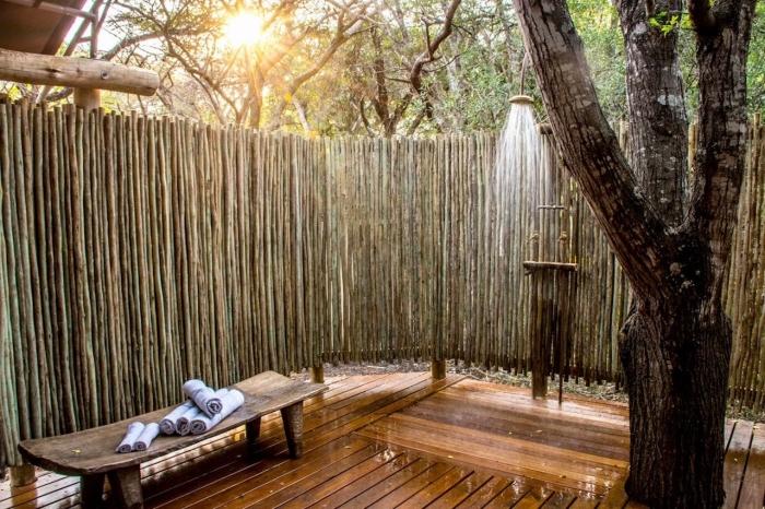 aménagement extérieur d'une maison avec douche en métal et banc en bois, idée comment couvrir une terrasse