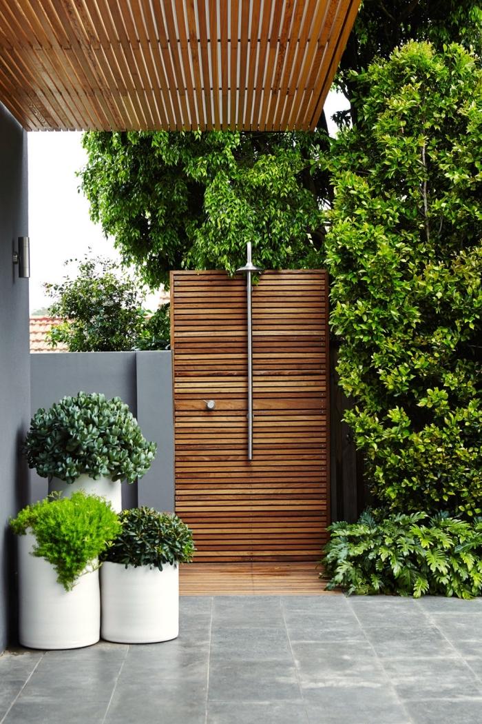 construction de douche exterieure en bois, aménagement jardin extérieur avec espace de douche fixe en métal et bois