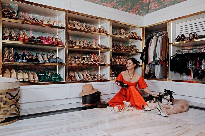 aménager un dressing avec meubles de rangement chaussure sur mesure en sous-pente, meuble à chaussures bas encastrés