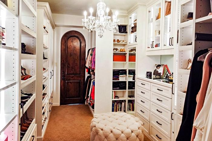 pièce dressing avec rangements sur mesure et un mur entier d'étagères à chaussures, dressing sur mesure aménagé dans une pièce à part