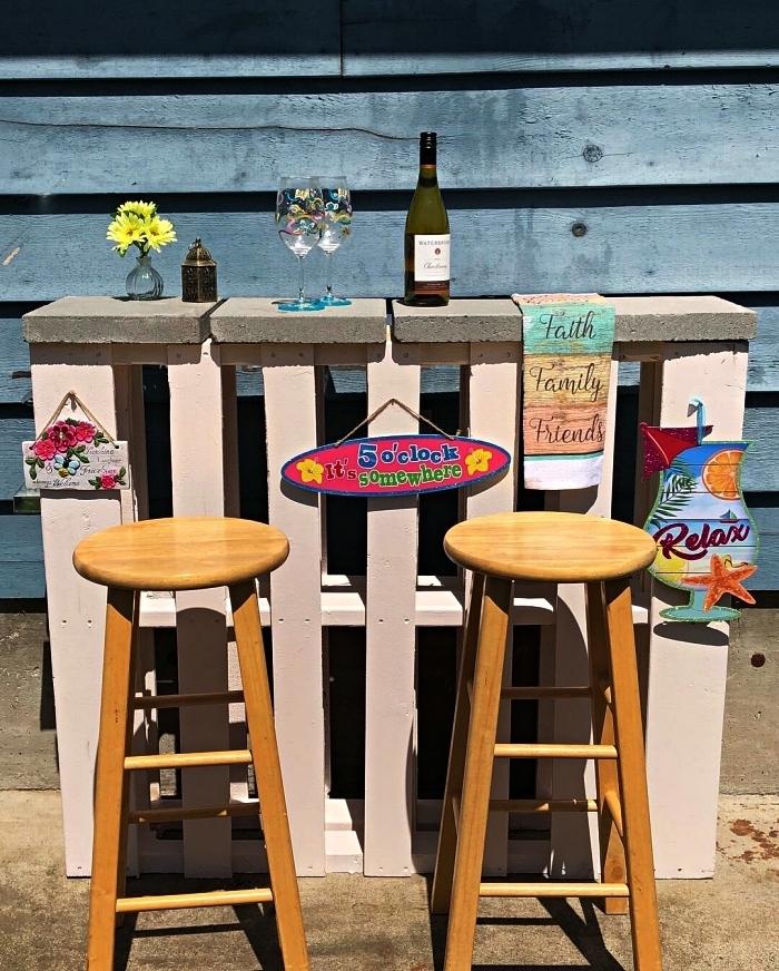 meuble avec palette en bois pour jardin ou terrasse, bar de jardin en palette avec plateau de dalles ciment