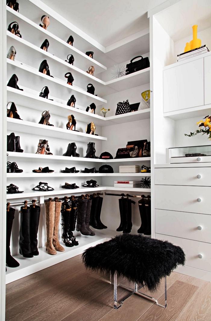 meubles de rangement pour dressing, étagères d'angle pour ranger ses paires de chaussures, etagere de rangement ouverte pour avoir ses chaussures à sa portée