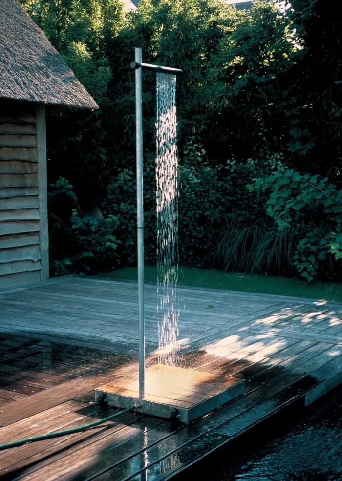 modèle de douche de piscine exterieur mobile avec support bois, comment aménager l'espace autour de la piscine