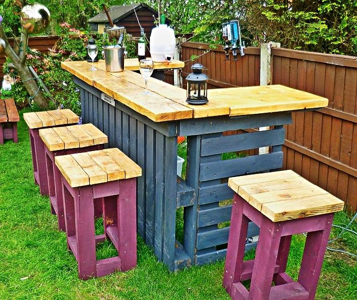 bar de jardin à deux ailes réalisé avec des palettes et des planches de bois, bar de jardin et ses tabourets de jardin en palette