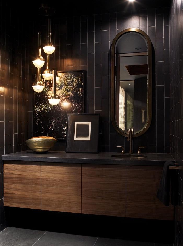 idée carrelage salle de bain moderne en noir, modèle petite salle de bain aux murs noirs avec meuble en bois