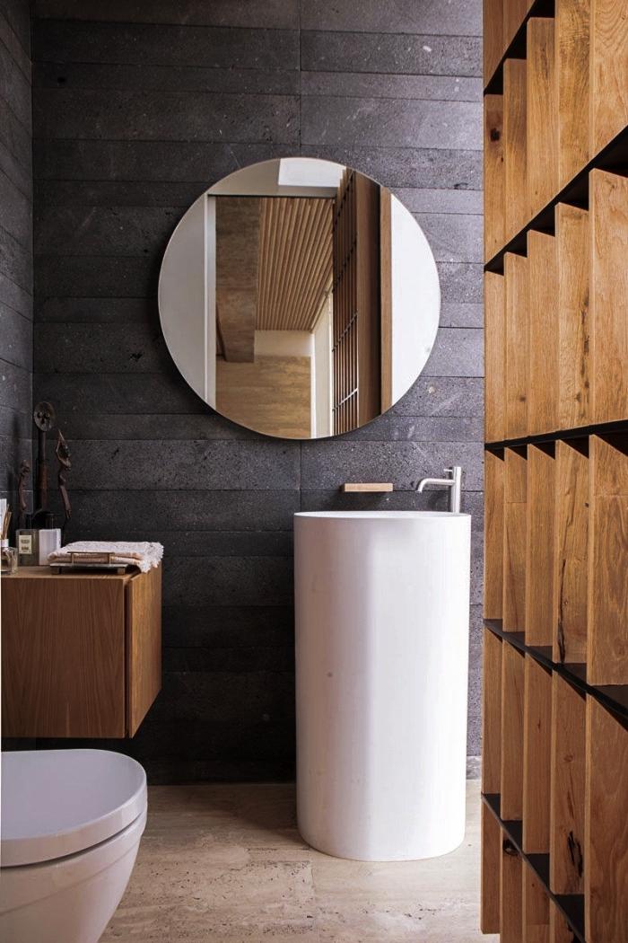 quelles couleurs combiner dans une salle de bain contemporain à espace limité, modèle salle de bain aux murs gris anthracite avec meubles en bois