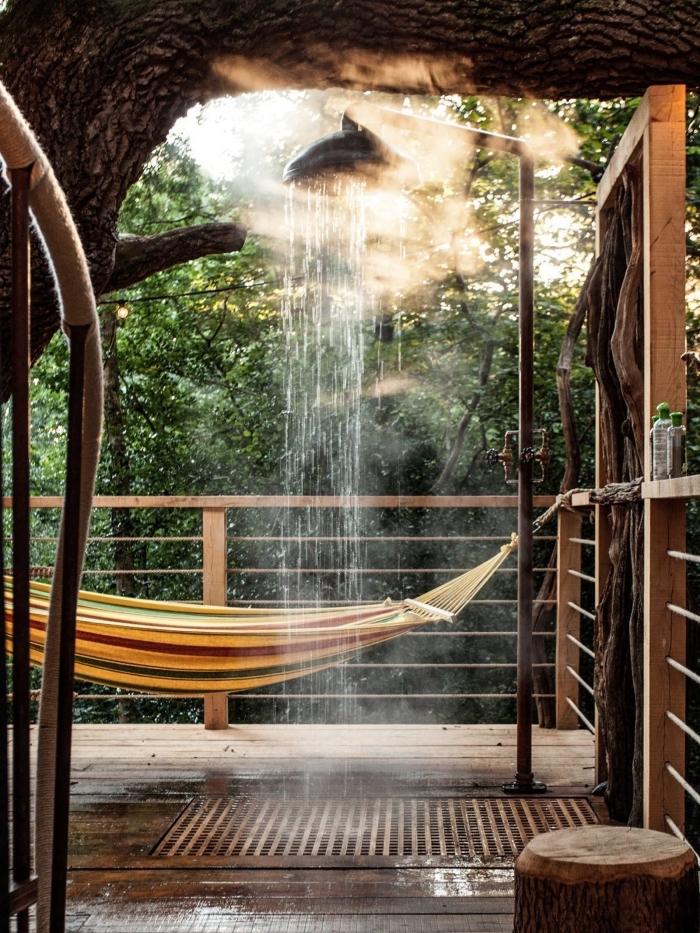 comment aménager une terrasse de style exotique avec sol en bois, déco douche exterier avec receveur en bois
