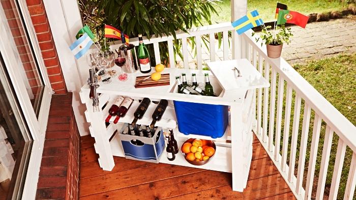 bar en bois de palette récupérée peint en blanc, bar de jardin en palettes avec rangement et compartiment réfrigéré