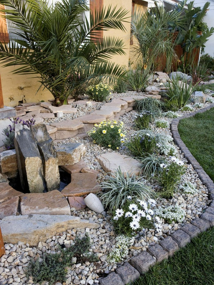 bordure de jardin pavés, gravier décoratif, plantes méditérranéennes, déco avec grandes pierres, gazon