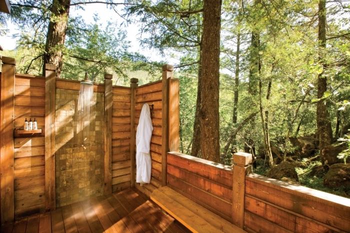 modèle douche d extérieur à effet pluie, idée salle de bain dans le jardin avec parements et plancher en bois