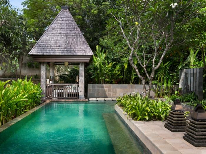 piscine rectangulaire, plantes vertes, abri de jardin original, terrasse en dalles, decoration jardin asiatique