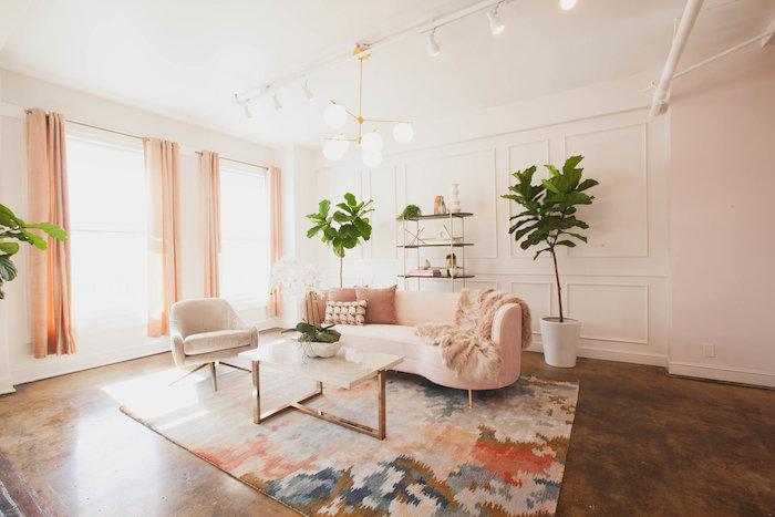deco minimaliste salon avec canapé rose, tapis coloré, table narbre et metal, sol effet rouille, murs blancs, deco cocooning salon