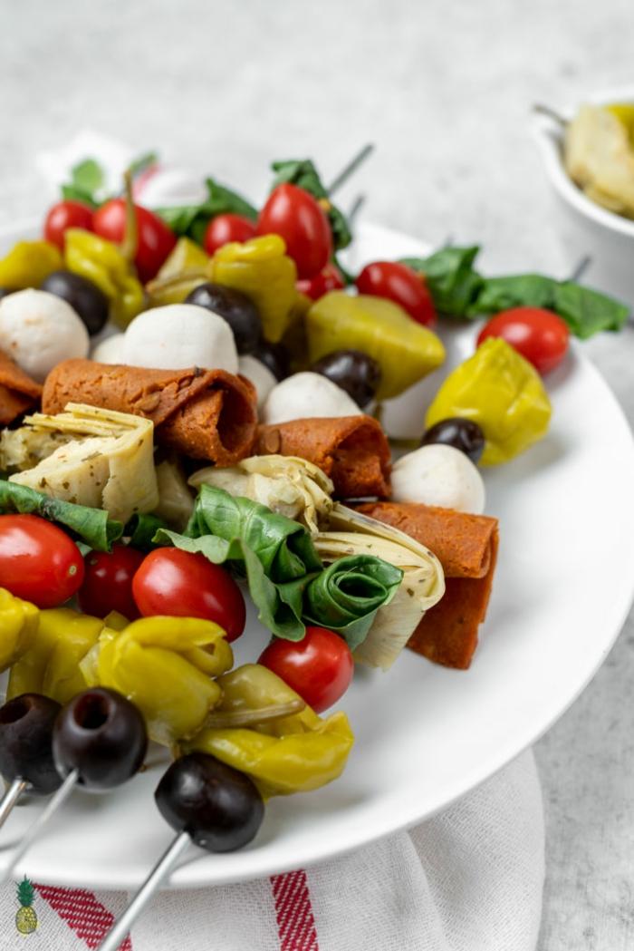 brochettes de tomates cerises, apéritifs faciles végan, fromage mozzarella, poivrons verts, olives, brochette apero