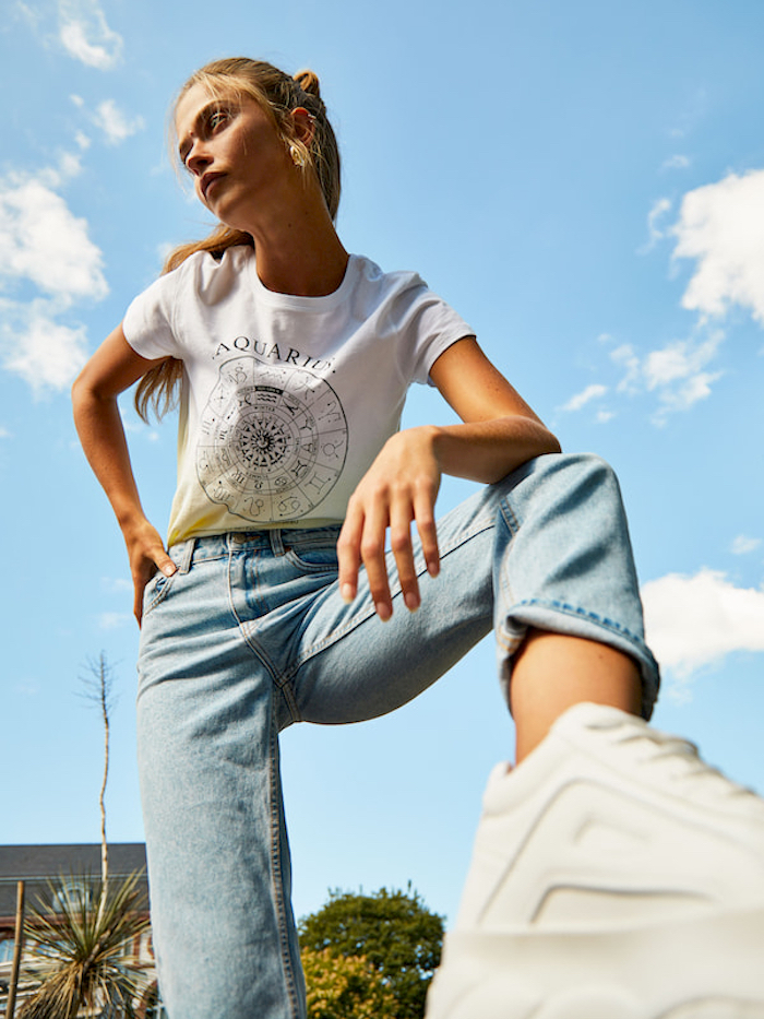 Adopter le style décontracté chic, idées de look à porter cet été, t-shirt blanc et jean claire, tenue avec baskets blanches