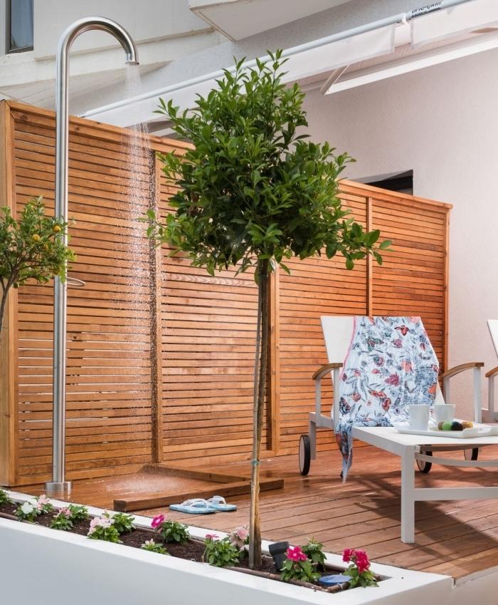 installation de douche piscine fixe en inox, décoration extérieure avec coin de douche aux murs et sol en bois