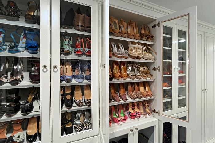 pièce dressing avec meuble vitrine à chaussures, meubles de rangement sur mesure pour aménager un dressing