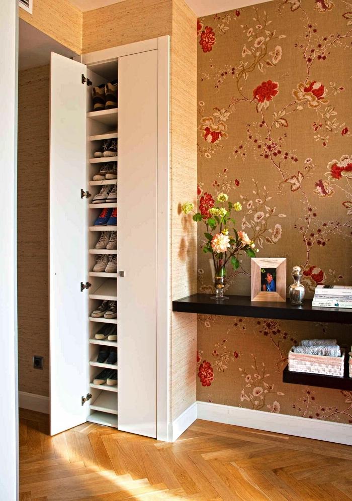 petite armoire a chaussure sur mesure dans une chambre à coucher, meuble de rangement encastré avec étagères à chaussures