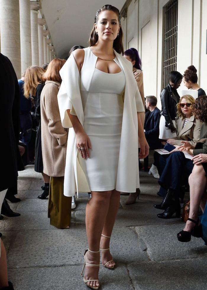 idée de robe blanche mi longue moulante avec un top veste élégante blanche, idée de robe de ceremonie grande taille