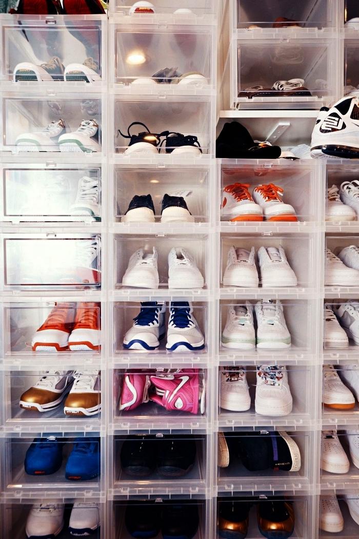 fabriquer un dressing chaussures soi-même, des boîtes en plastique transparentes empilées contre un mur