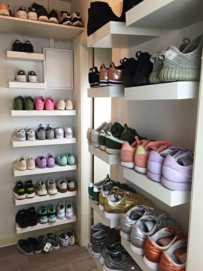 astuce rangement chaussures avec des tablettes ikea, rangement mural ikea pour réaliser un dressing chaussures ouvert