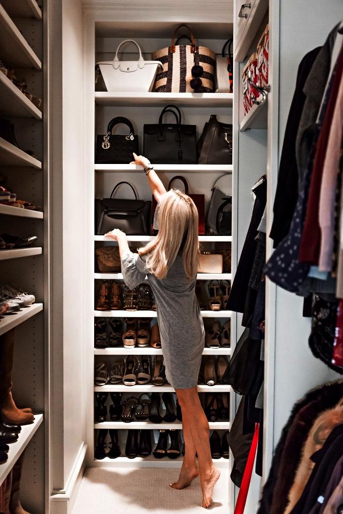 pièce dressing à chaussures et vêtements qui exploite les hauteurs avec ses multiples étagères encastrées